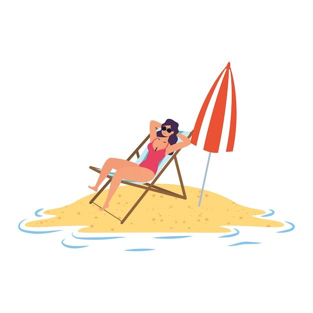 Junge frau, die auf dem strand sitzt, der im stuhl und im regenschirm sitzt Premium Vektoren