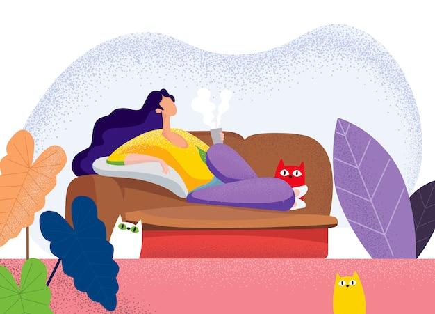 Junge frau, die auf sofa im wohnzimmer liegt Premium Vektoren