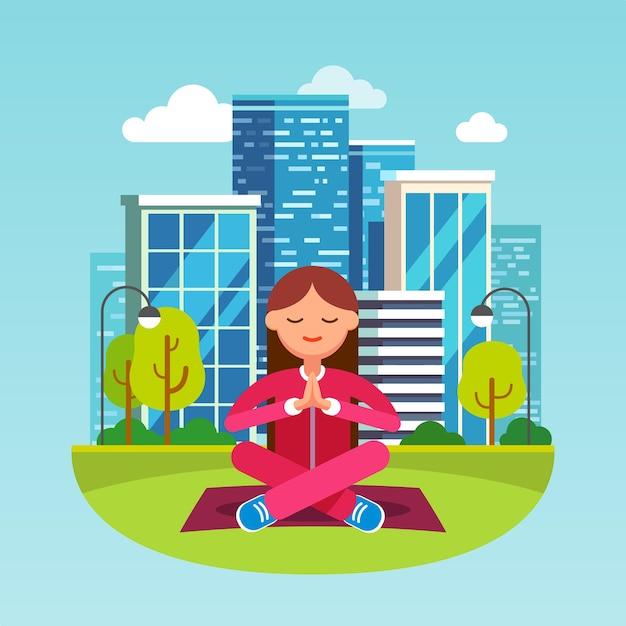 Junge frau meditiert am großen stadtpark Kostenlosen Vektoren