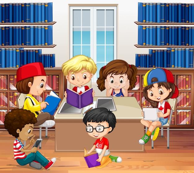Jungen und mädchen lesen in der bibliothek Kostenlosen Vektoren