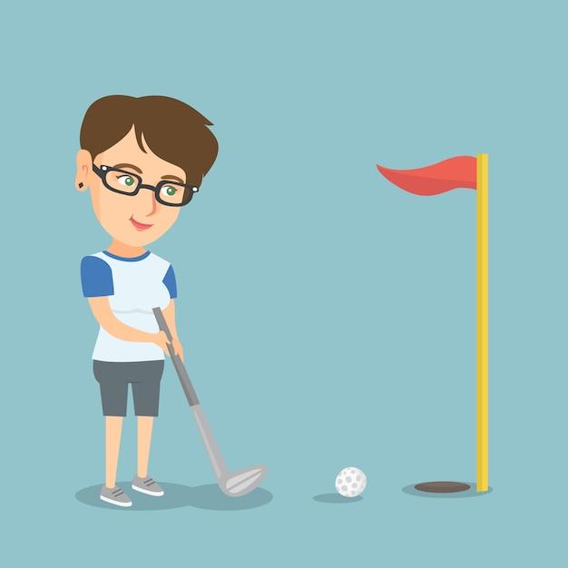 Junger kaukasischer golfspieler, der eine kugel schlägt. Premium Vektoren