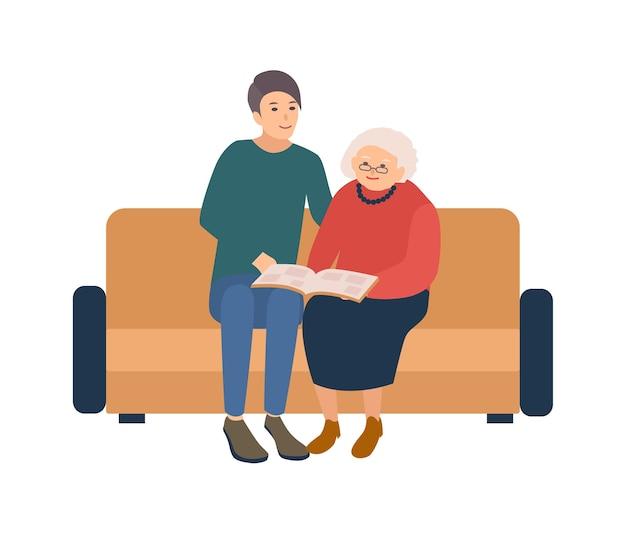 Junger männlicher freiwilliger, der auf sofa mit glücklicher älterer frau sitzt und fotos im fotoalbum schaut Premium Vektoren