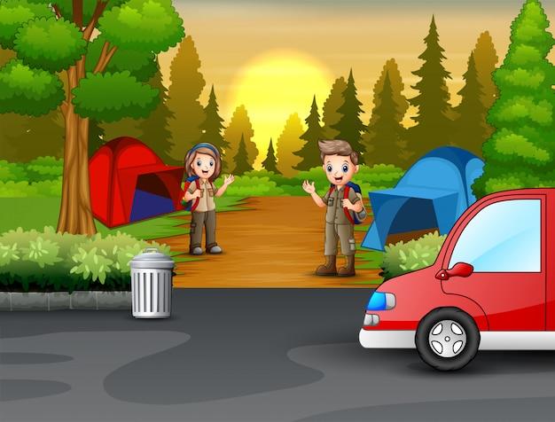 Junger pfadfinder in der szene der campingzone Premium Vektoren