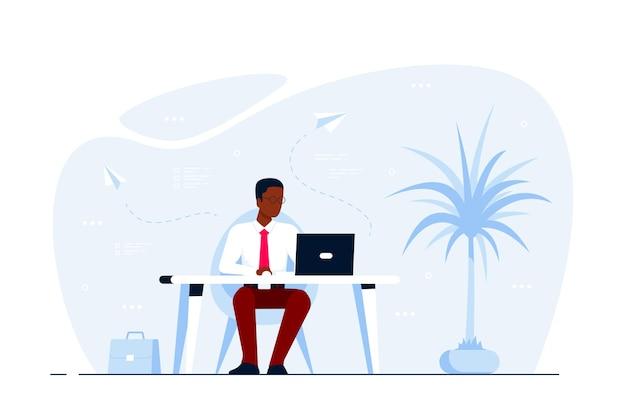 Junger schwarzer geschäftsmann, der am laptop am schreibtisch im büro arbeitet. flache artillustration Premium Vektoren