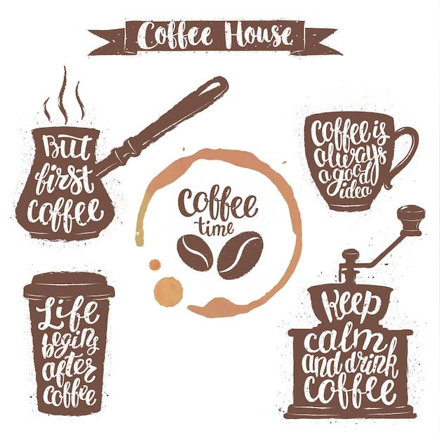 Kaffeebeschriftung in tasse, mühle, topfformen und tassenfleck. Premium Vektoren