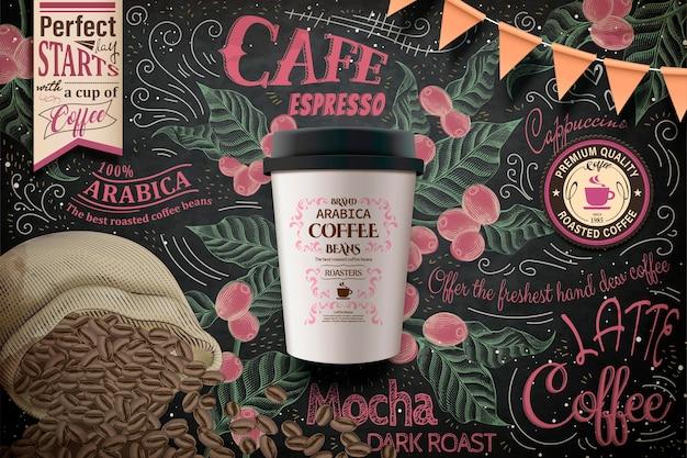 Kaffeewerbung zum mitnehmen, pappbecher-paket in der illustration auf prächtiger tafel mit kaffeebohnen und pflanzen im gravurstil Premium Vektoren