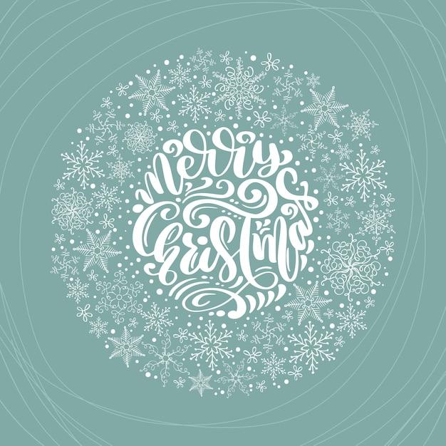 Kalligraphische beschriftungshand der frohen weihnachten schriftlicher text und schneeflockenkranz Premium Vektoren