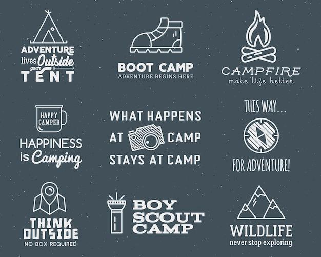 Kampierendes logo stellte mit typografie- und reiseelementen ein Premium Vektoren