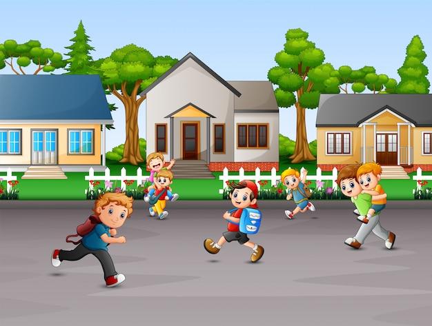 Karikatur von den kindern, die am ländlichen hausyard spielen Premium Vektoren
