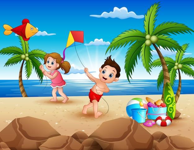 Karikatur von den kleinen kindern, die mit drachen auf dem strand spielen Premium Vektoren