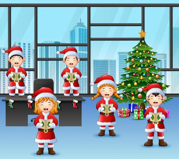 Karikatur von gruppenkindern in weihnachtsliedern sankt singen Premium Vektoren