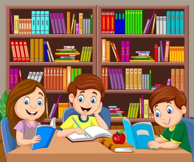 Karikaturkinder, die in der bibliothek studieren Premium Vektoren