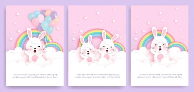 Kartenstapel mit den netten kaninchen, die auf der wolke stehen. Premium Vektoren