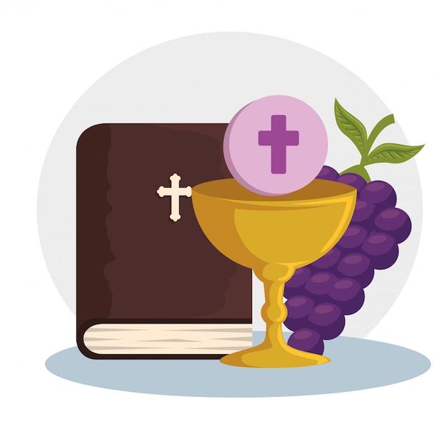 Katholische bibel und kelch mit heiligem gastgeber zum ereignis Kostenlosen Vektoren