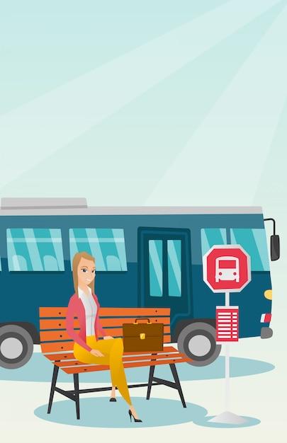 Kaukasische frau, die auf einen bus an der bushaltestelle wartet. Premium Vektoren