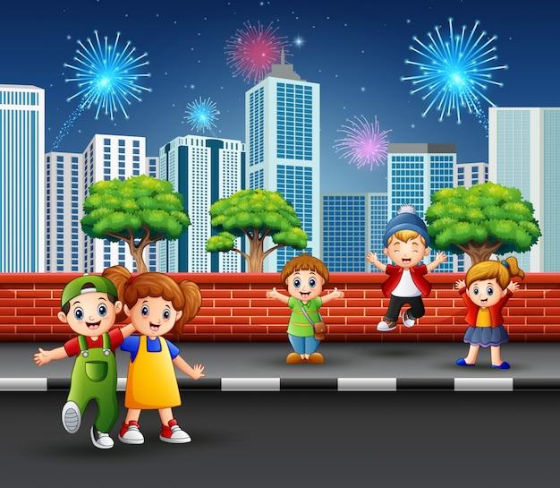 Kinder auf dem straßenbürgersteig mit stadtbild und feuerwerk Premium Vektoren