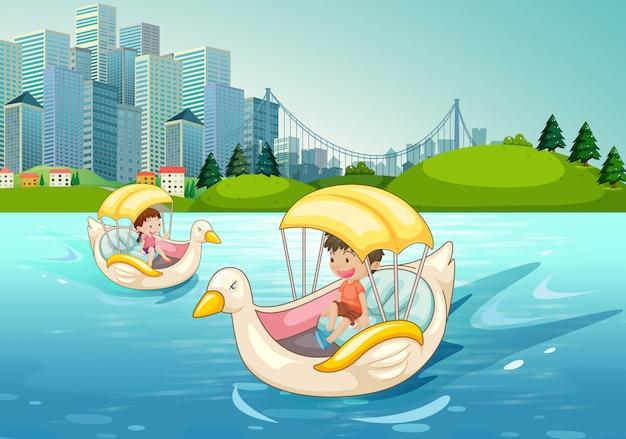Kinder, die auf entenboot im see fahren Kostenlosen Vektoren