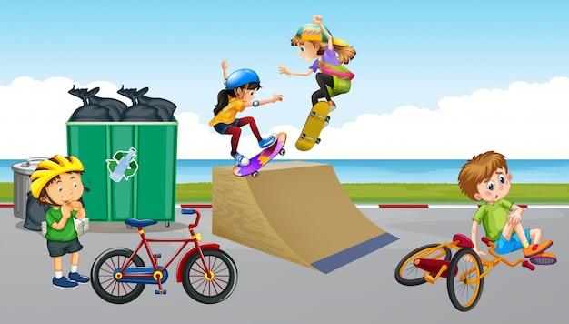 Kinder, die fahrrad fahren und skateboard spielen Premium Vektoren