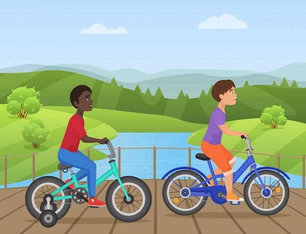 Kinder, die fahrräder im park reiten Premium Vektoren