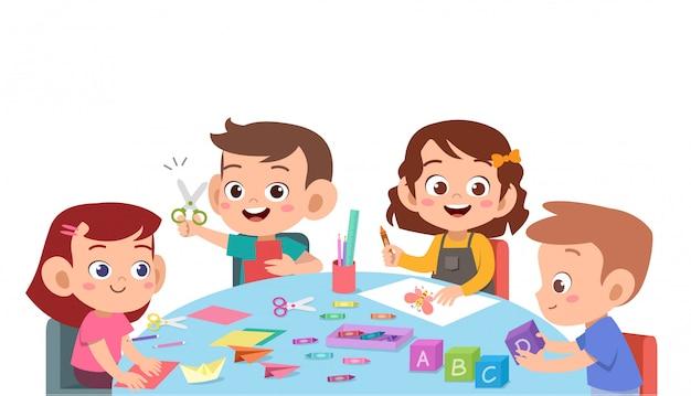 Kinder, die farbpapier mit einer schere schneiden Premium Vektoren
