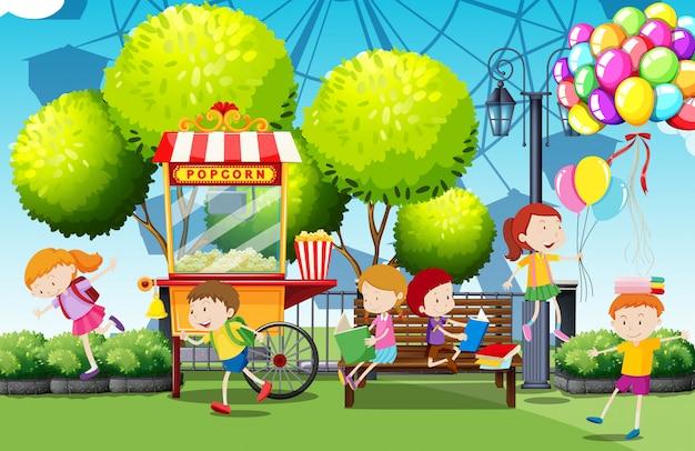 Kinder, die spaß im park haben Premium Vektoren