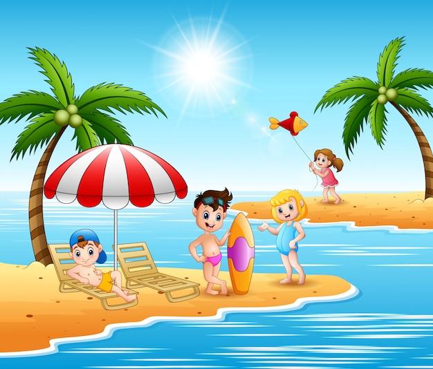 Kinder genießen einen sommerurlaub am strand Premium Vektoren