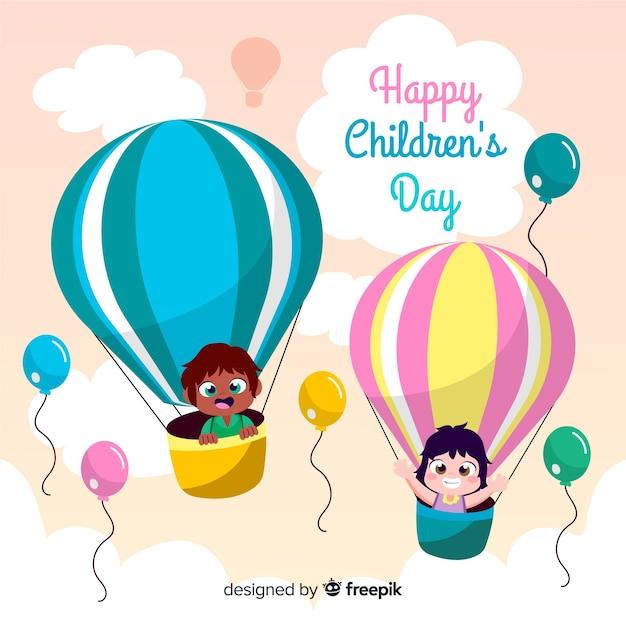 Kinder in gezeichnetem hintergrund der heißluftballone Kostenlosen Vektoren