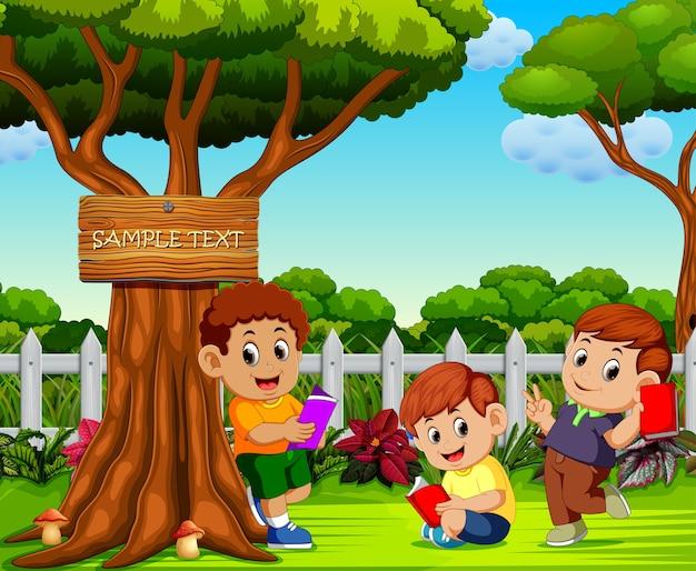 Kinder lesen und entspannen in der nähe des baumes Premium Vektoren
