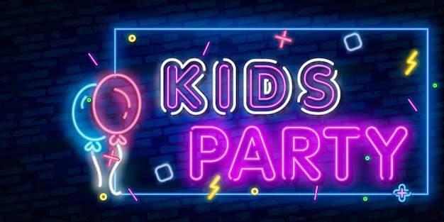 Kinder party neon text. feier werbung design. nachthelle leuchtreklame, bunte anschlagtafel, helle fahne. Premium Vektoren