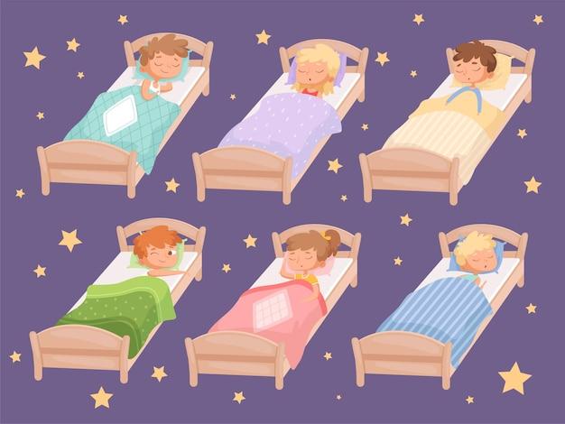 Kinder schlafen. ruhige stunde im kindergarten decke kinderzimmer rest von jungen und mädchen entspannende bettwäsche cartoon lustige charaktere. Premium Vektoren