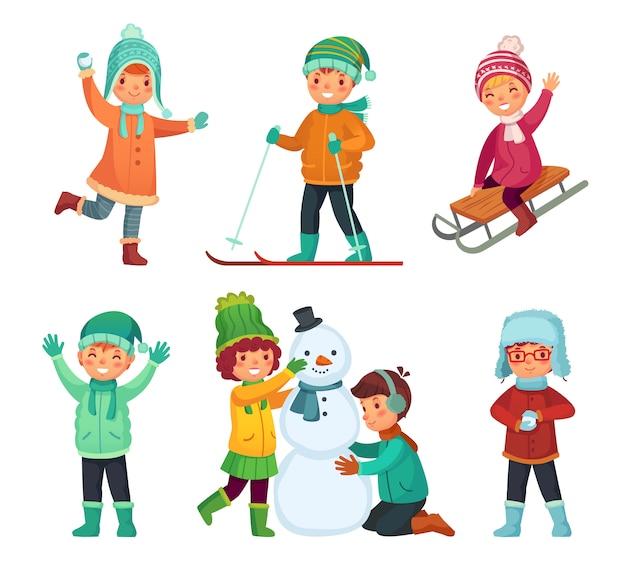 Kinder spielen im winterurlaub, rodeln und schneemann machen. cartoon kinder zeichen gesetzt Premium Vektoren