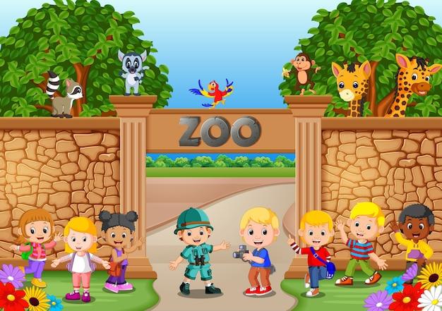 Kinder spielen im zoo mit tierpfleger und tier Premium Vektoren