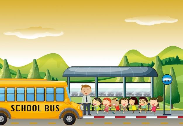 Kinder steigen an der bushaltestelle in den schulbus Kostenlosen Vektoren