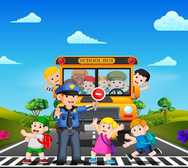 Kinder überqueren die straße, während die polizei den schulbus anhält und die kinder winken Premium Vektoren