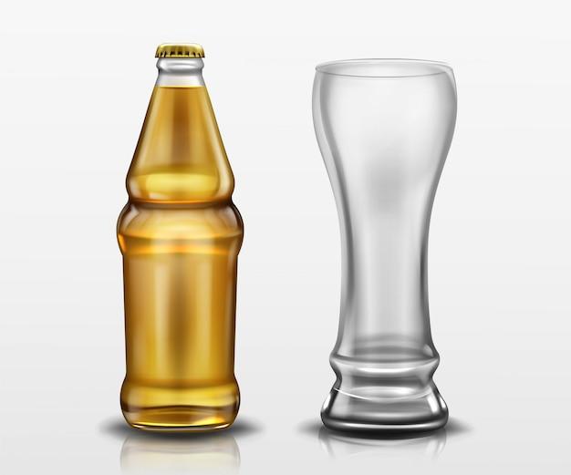 Klare flasche mit bier und leerem hochglas. vector realistisches modell des leeren lagers oder der craft beer flasche mit gelbem verschluss und becher. vorlage des alkoholgetränkendesigns Kostenlosen Vektoren