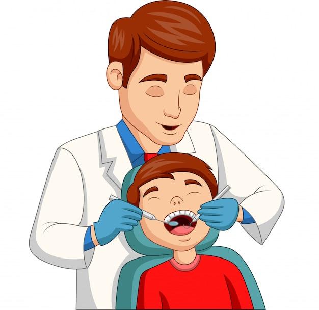 Kleiner junge der karikatur, der seine zähne vom zahnarzt überprüfen lässt Premium Vektoren