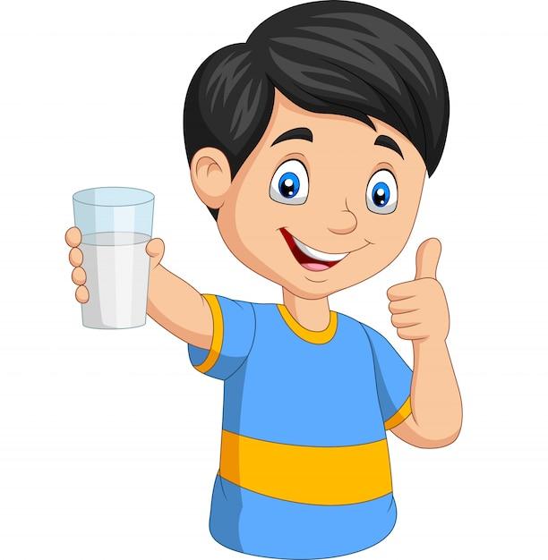 Kleiner junge der karikatur mit einem glas milch daumen aufgebend Premium Vektoren