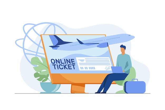Kleiner mann, der ticket online über laptop kauft. monitor, flugzeug, gepäck flache vektor-illustration. reisen und digitale technologie Kostenlosen Vektoren