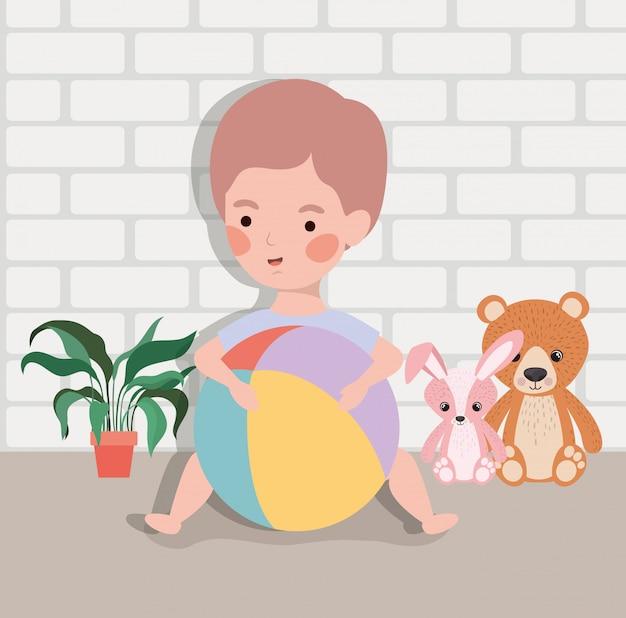 Kleines baby mit ballonplastik und angefüllten spielwaren Kostenlosen Vektoren