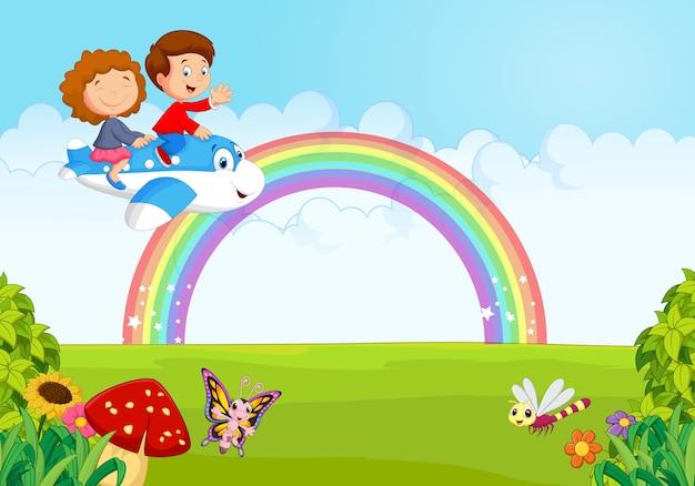 Kleinkind, das eine fläche mit regenbogen betreibt Premium Vektoren