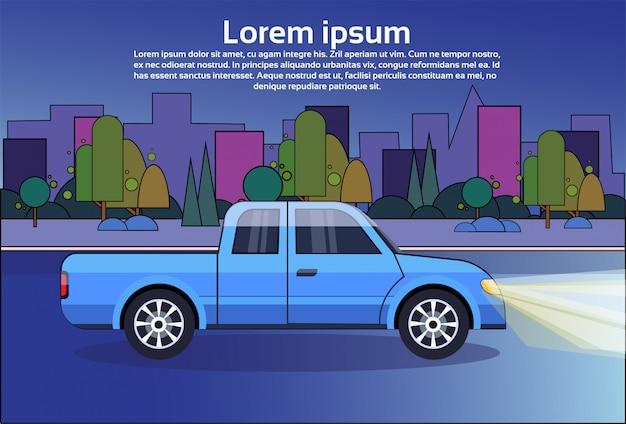 Kleintransporter-blaues fahrzeug auf nachtstraße über stadt-gebäuden Premium Vektoren