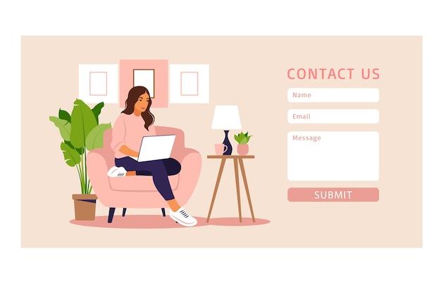 Kontaktieren sie uns formularvorlage für web und landing page. freiberufliches mädchen, das zu hause am laptop arbeitet. online-kundensupport, helpdesk-konzept und callcenter. in der wohnung. Premium Vektoren