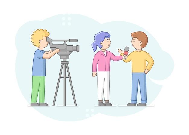 Konzept der reportage und des interviews. journalist, der mann interviewt. nachrichtenmoderator und kameramann oder videograf mit kamera. Premium Vektoren