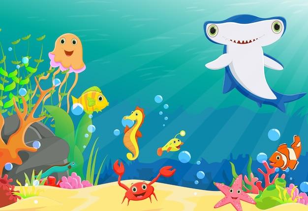 Korallenriff mit einem lustigen fisch und einem hammerhai Premium Vektoren