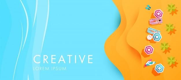 Kreative glückliche sommerferienillustration mit meer, strand, sand, sonnenliegen und regenschirmen Premium Vektoren