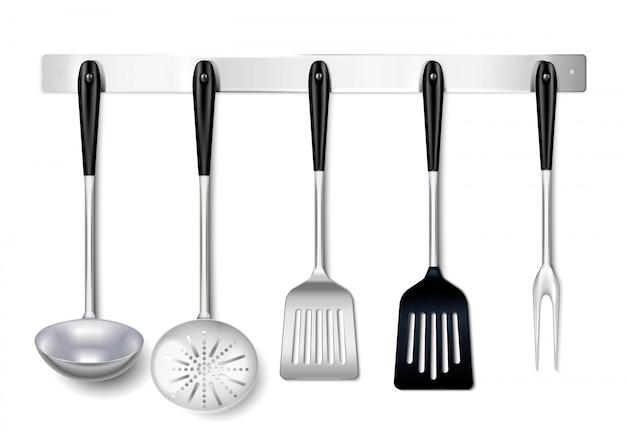 Küchenwerkzeuggerätmetallhängende gestellnahaufnahme realistisch mit dem schöpflöffelspachtelabschäumer, der gabel kocht Kostenlosen Vektoren