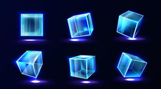 Kunststoff- oder glaswürfel, die mit neonlicht in verschiedenen blickwinkeln glühen, klare quadratische box, kristallblock, aquarium oder ausstellungspodest, isolierte glänzende geometrische objekte, realistische 3d-vektorillustration Kostenlosen Vektoren