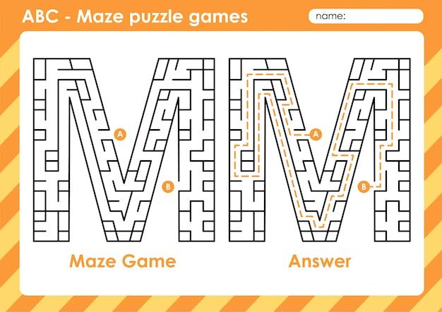 Labyrinth-puzzlespiele - alphabet a - z aktivität für kinder: buchstabe m. Premium Vektoren