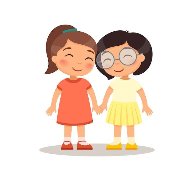 Lächelnde mädchenkinder, die hände halten. freundschaftskonzept. zeichentrickfiguren für kinder. Kostenlosen Vektoren