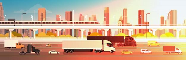 Landstraßen-straße mit autos, lastwagen und fracht-lkws über stadt-hintergrund-verkehrskonzept Premium Vektoren